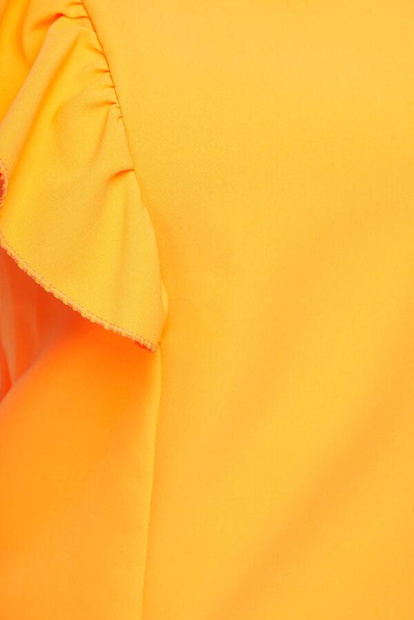 Appelsínugul kvenmanns blússa úr léttu efni með ruffluðum ermum