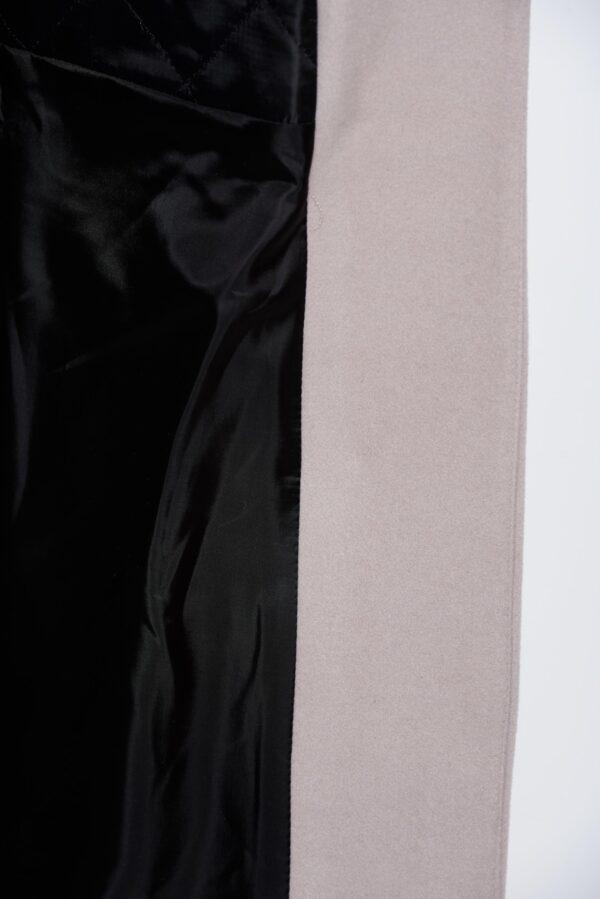 Grá ullarkápa með svartri blúndu